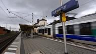 Eine Regiotram in Fahrt: Den Bahnhof von Hofgeismar durchfährt eine Bahn der Regiotram Gesellschaft.