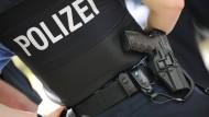 Ein Polizist hat in einem Offenbacher Polizeirevier auf einen jungen Mann geschossen, der sich gegen einen Bluttest wehrte. (Symbolbild)