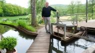 Mit Wasserkraft: Gernot Dorn am Wehr, an dem das Wasser in den Mühlengraben gelenkt wird.