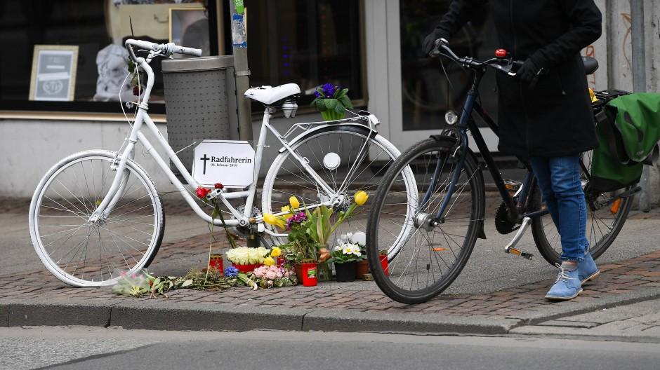 An einer Straße in Darmstadt erinnert ein weißes Geisterrad an eine verunglückte Radfahrerin.