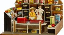 """Einkaufswelt im Kleinen: ein Kinderkaufladen aus der Mitte des 20. Jahrhunderts. """"Light""""-Produkte scheinen hier noch weit entfernt."""