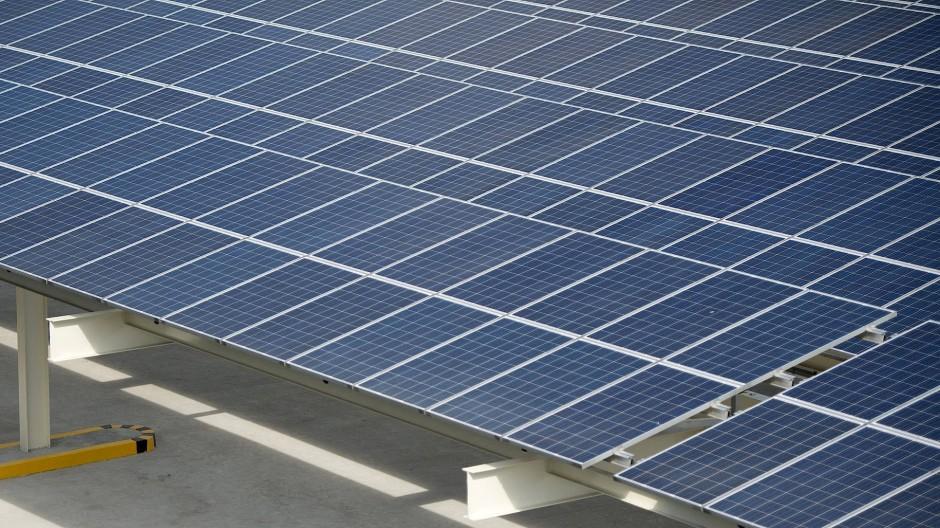 Grüne Energie: eine Fotovoltaikanlage auf einem Parkhausdach