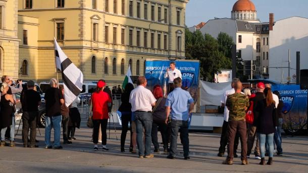 Massiver Polizeieinsatz bei Poggenburg-Demo