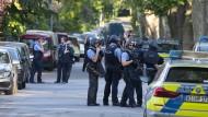 Polizisten sichern den Tatort im Mai 2021