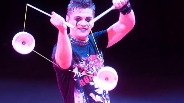 Zirkusfestival - Alle zwei Jahre steht Wiesbaden im Brennpunkt der Zirkus- und Varietészene. Junge europäische Artisten treffen sich zu einem Wettbewerb und zeigen im Rahmen des European Youth Circus ihre Künste.