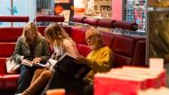 Bitte einmal Platz nehmen: Buchliebhaber im Hugendubel in der Frankfurter Innenstadt