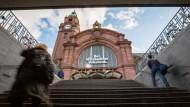 Einsatz: Nachdem eine Frau die Polizei über ein verdächtiges Gespräch in einer S-Bahn informiert hatte, suchten Beamte auch den Wiesbadener Hauptbahnhof nach den Männern ab