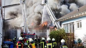 Lagerhalle brennt: Schaden in Millionenhöhe