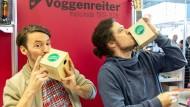 Pustefix: Stephan Sprengel und Daniel Weinel (rechts) präsentieren ihre Ansing-Trommel Kazoojon