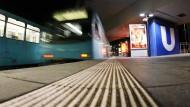 Qualmende U-Bahn bremst Verkehr