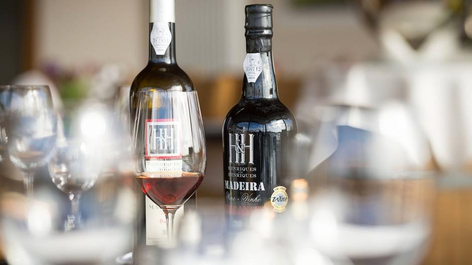 Vom Keller auf den Tisch: Madeira-Weine haben eine sehr eigenständige Aromatik, die auch Tropfen, die viele Jahre gereift sind frisch und lebendig macht.