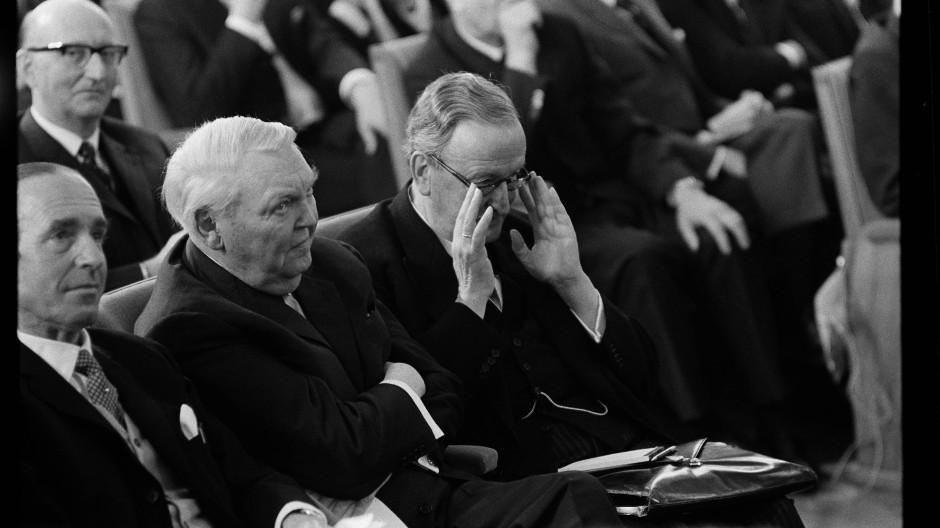 Bei der 100-Jahr-Feier: Hermann Josef Abs (mit Brille) und Alt-Bundeskanzler Ludwig Erhard