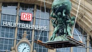 Atlas zurück auf dem Dach des Hauptbahnhofs