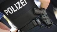 Aufrüstung: Unter anderem mit besseren Schutzwesten stattet das Land Hessen seine Polizei 2017 aus