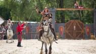 Hoch zu Ross und hoch das Schwer: Sandra Strietz in Aktion bei ihrer Mittelalter-Show