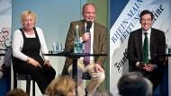 """Politik macht Spaß: F.A.Z. Bürgergespräch mit Bascha Mika (""""FR""""), F.A.Z.-Innenpolitikchef Jasper von Altenbockum und Markus Ackeret, Deutschland-Korrespondent der """"NZZ"""" (rechts)"""