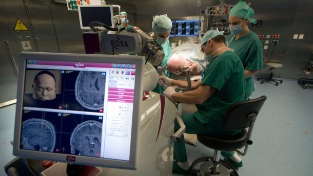 Rosa lenkt den Bohrer direkt zum Tumor