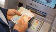 Kostenfalle: Manche Banken verlangen Gebühren für das Geldabheben am  eigenen Automaten, wenn es abends oder am Wochenende stattfindet.