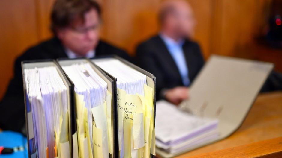 Verurteilt: Der in Bensheim wegen Untreue angeklagte Lehrer (rechts) mit seinem Verteidiger