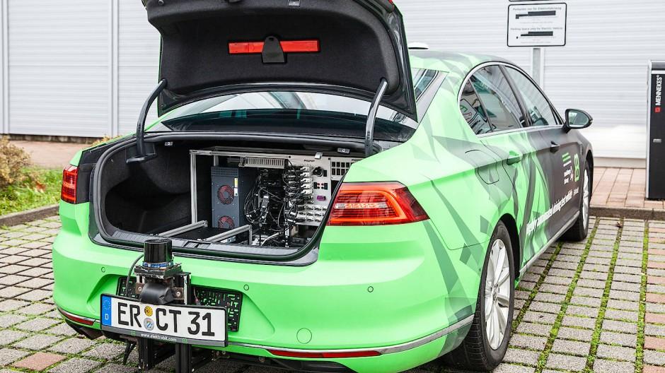 Speicherplatz: Im Kofferraum des Testautos kommen Datenmassen an.