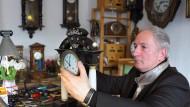 Zeitgeist: Dietmar Koester justiert eine Wiener Tischuhr von 1840.