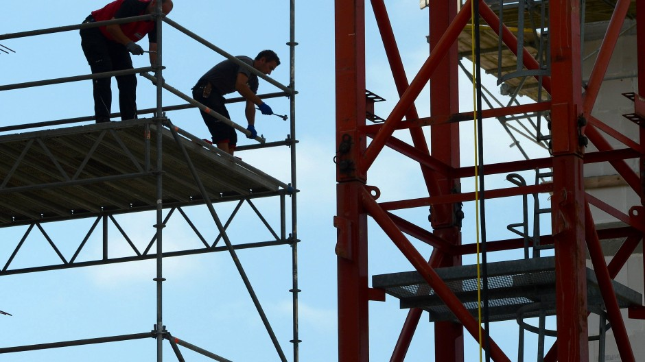 Können nicht immer die Corona-Regeln einhalten: Bauarbeiter auf einer Baustelle (Symbolbild)