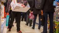 Selbstabholen statt im Internet bestellen: Kunden im Kaufhof an der Zeil