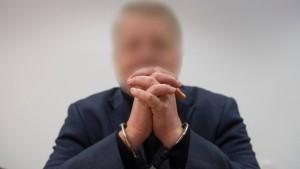 Angeklagter früherer Anwalt schweigt zu Mord-Vorwürfen