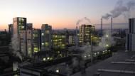 Großräumig: Produktionshallen der Chemieindustrie im Industriepark Kalle-Albert in Wiesbaden