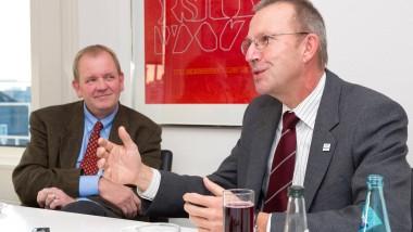 Sparkommissare: der Wetterauer Landrat Joachim Arnold (rechts) und der Präsident des Landesrechnungshofs, Walter Wallmann.