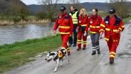 Suche zu Land: eine Rettungshundestaffel des Deutschen Roten Kreuzes bei der Suche nach dem Jungen