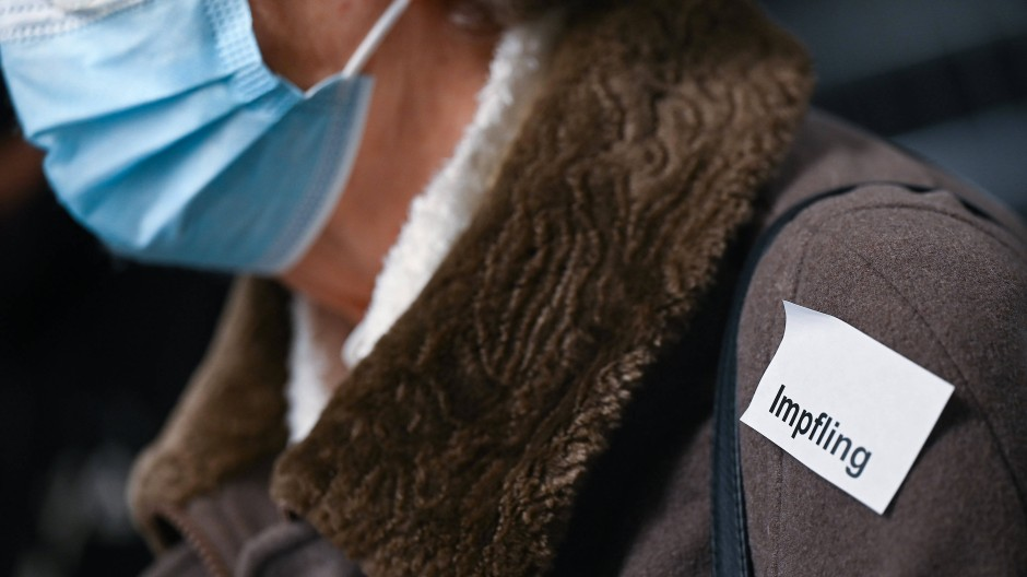 Bekenntnis:  Eine Frau trägt im Impfzentrum Heuchelheim nahe Gießen einen Aufkleber beinahe wie einen Orden