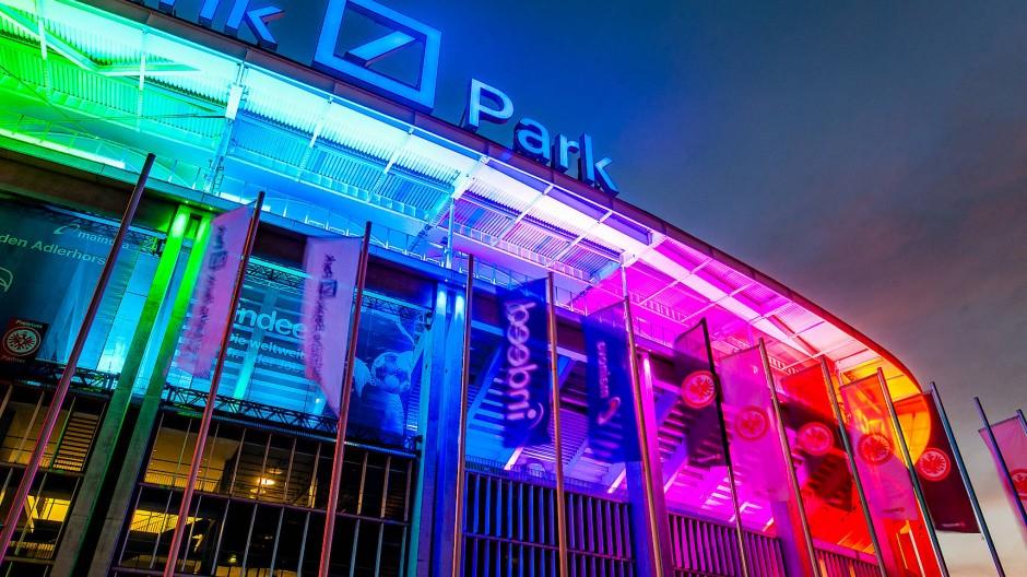 Signal: Die Fassade des Waldstadions in Regenbogenfarben am Mittwochabend