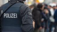 Einsatz: Ein Polizist während einer Razzia