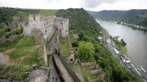 Machtvolle Festung über dem Strom