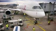 Premiere: Zum ersten Mal steht ein Airbus A 350 im Linienbetrieb am Gate in Frankfurt.