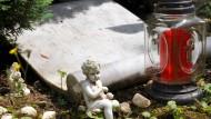 Gedenken: Grab des 2010 ermordeten unbekannten Mädchens auf dem Friedhof Heiligenstock in Bad Vilbel