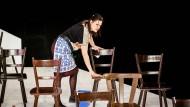 """Szene aus """"Stimmen einer Stadt"""" am Schauspiel Frankfurt mit Christina Geiße"""