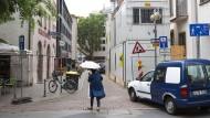 Abgehängt: Das Kamerageschäft Leica am Ende des Großen Hirschgrabens in Frankfurt ist verdeckt und beklagt Umsatzeinbußen - Hinweisschilder darf es nicht aufstellen