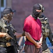 Schwer belastet: der Verdächtige Stephan E. (Mitte) – hier auf dem Weg zu einem Haftprüfungstermin