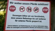 Reaktion auf Pferdeherpes: Warnschild an einem Reiterhof