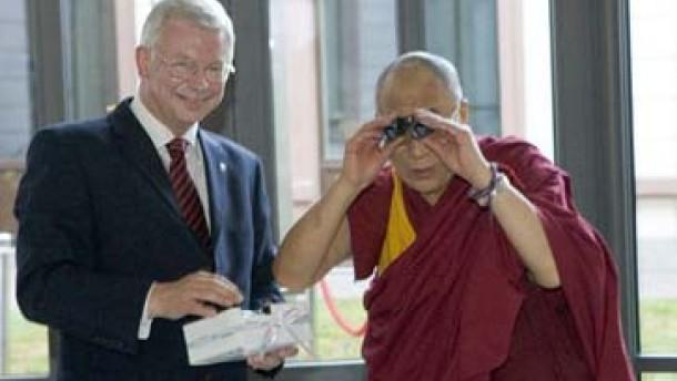 Der Dalai Lama zu Besuch bei alten Freunden