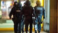 Polizisten einer SEK-Truppe im Einsatz. (Symbolbild)