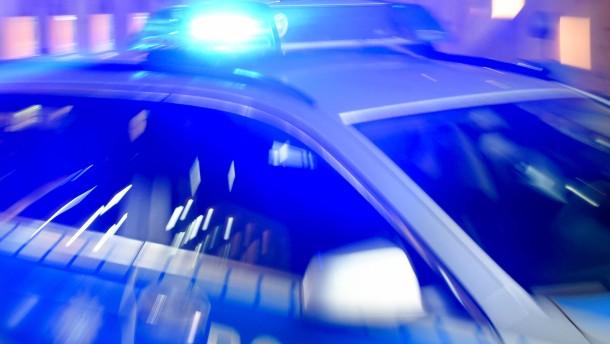 Zudringlicher Mann greift Frau an – Verwirrter mit Messer festgenommen