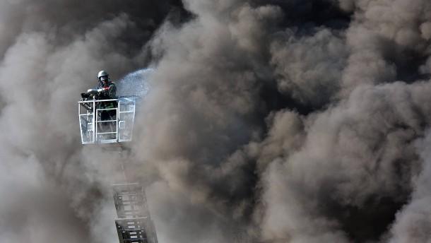 Drei Verletzte bei Brand in Lagerhalle