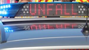 Sechs Fahrzeuge rauschen auf Autobahn ineinander