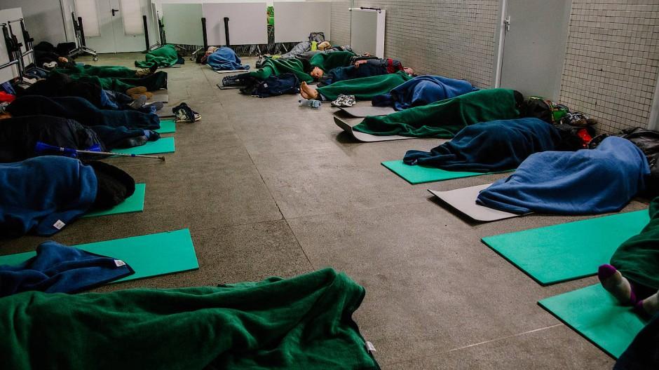 Wärmequelle: Obdachlose schlafen auf dem Boden in der Notübernachtung der Frankfurter U-Bahn-Station Eschenheimer Turm