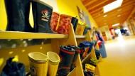 Alles belegt: Ein Schuhregal in einer Kindertagesstätte in Hessen