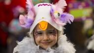 Närrisch und bunt: Ein Mädchen auf dem Jugendmaskenzug in Mainz