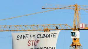 Umweltaktivisten erklimmen Kran an Flughafen